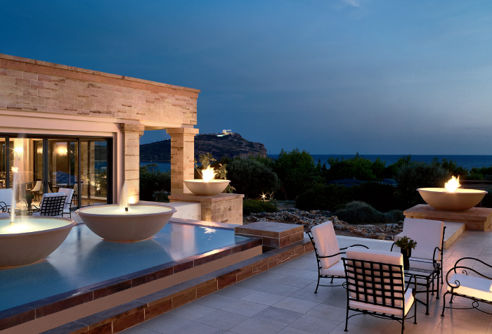 02-stylish-bar-overlooking-the-temple-of-sounio-in-cape-sounio-resort